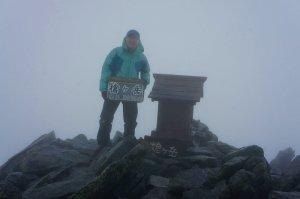 槍ヶ岳山頂にて。悪天候でした。